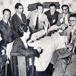 Tavolata di scrittori tra cui Domenico Rea e Italo Calvino